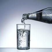 Eine ausreichende Menge Trinkwasser ist lebensnotwendig.