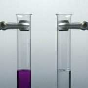 Gibt man zu einer Lösung von Kaliumpermanganat Wasserstoffperoxid, so entfärbt sich die Lösung.