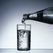 In vielen Mineralwassern ist Kohlensäure enthalten, die Salze sind Carbonate.