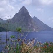 Die Pitons, Vulkanpfropfen, ragen auf St. Lucia direkt aus dem Meer.