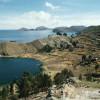 Die Landschaft am bolivianischen Ufer des Titicacasees.