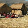"""Die Hütten der Uros, der """"Seemenschen"""", auf den schwimmenden Inseln werden aus Binsen errichtet"""