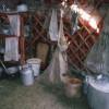 Die Frauenseite im Inneren der Jurte mit Küchengerät und Vorräten
