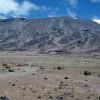 Blick vom Sattelplateau (ca. 4675 m) zum Kibo. Aufstiegsroute zum Gillmans Point mit Kibo-Hütte ist erkennbar. Links Reste des Ratzel-Gletschers und der Rebmann-Gletscher.