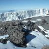 Die obere Gletscherwand (ca. 50 m hoch) des Südeisfeldes unterhalb des Uhuru, von der talwärts der Heim- und der Kersten-Gletscher ausgehen.