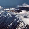 Blick von Nordwesten auf den Kibo-Krater mit dem jüngeren Auswurfkegel (Reusch-Krater; Ash Pit) und dem hohen südlichen Kraterrand mit dem Uhuru (Luftaufnahme).