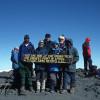 Die Teilnehmer der Expedition Dr. Pews mit ihren beiden Führern auf dem Gipfel des Kibo.