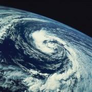Bei einem Tiefdruckgebiet strömt die Luft aufgrund des Druckgefälles (Gradientkraft) nach innen.
