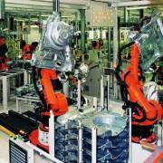 Moderne Taktstraße mit Robotern im VW-Werk