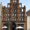 """Der """"Alte Schwede"""" in Wismar ist das älteste erhaltene Bürgerhaus der Stadt (erbaut 1380) und ein bedeutendes Beispiel für die profane Architektur der Backsteingotik. Typisch ist der stufenförmige Pfeilergiebel."""