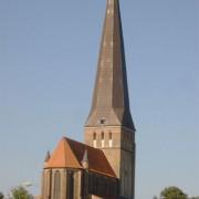 Der feinlinige und schlanke Korpus der St. Petrikirche thront über der höchsten Erhebung der östlichen Altstadt. Sein 117m hoher Turm diente den Seeleuten zur Orientierung.