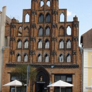 """Der """"Alte Schwede"""" am Wismarer Marktplatz ist das älteste Bürgerhaus der einstigen Hansestadt. Der Schaugiebel ist mit rotem Backstein und schwarzem Glasurformstein geschmückt."""