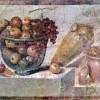 Pompejanischer Maler um 70: Stillleben mit Früchtekorb und Vasen;63–79, Fresko, 108 × 70 cm;Neapel, Galleria Nazionale di Capodimonte.