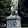 LUDWIG VON SCHWANTHALERs Frankfurter Goethe-Denkmal von 1848 steht heute in der Gallusanlage und hat sich dort gegen vielstöckige Hochhäuser zu behaupten – keine Bänke, aber Banken.