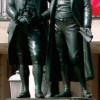 30 Jahre, von 1827 bis 1857, hat es gedauert, bis aus der Idee Wirklichkeit wurde und ein Goethe-Schiller-Denkmal von ERNST RIETSCHEL vor dem Nationaltheater in Weimar aufgestellt wurde. Es versammelt die beiden Männer als ideales Dichterpaar und illustri