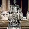 Seit 1919 thront der Granit-Goethe von HERMANN HAHN streng frontal und streng symmetrisch auf den Stufen vor dem Eingang in das städtische Museum in Wiesbaden.