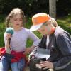 Kinder mit Kassettenrecorder