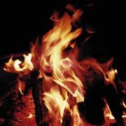 Durch Feuer entstehen Wärme und Licht.