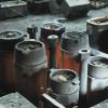 Glühender Stahl in Kokillen: Beim Abkühlen wird Wärme abgegeben. Zugleich verringert sich das Volumen des Stahls.