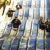 Gleitreibung: Die Personen gleiten auf der Rutschbahn.