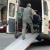 Die Rampe zum Hochschieben von Rollstühlen ist eine geneigte Ebene.