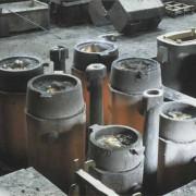 Beim Abkühlen verkleinert sich das Volumen des Stahls in den Kokillen.