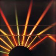 Beim Übergang des Lichtes von Wasser in Luft wird ab einem bestimmten Einfallswinkel sämtliches Licht an der Grenzfläche reflektiert.