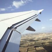 Die Veränderung der Form und der Größe einer Tragfläche beim Landen erfolgt durch Ausfahren von Teilen (Landeklappen).