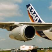 Bei modernen Verkehrsflugzeugen werden heute meist zwei oder vier Strahlturbinentriebwerke genutzt. Das Foto zeigt das Strahltriebwerk eines Airbusses vom Typ A 340.