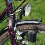 Ein Fahrraddynamo ist ein kleiner Generator, in dem mechanische in elektrische Energie umgewandelt wird.