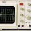 Oszillograf mit angelegter Wechselspannung: Auf dem Bildschirm ist der Verlauf der sinusförmigen Wechselspanung zu erkennen.