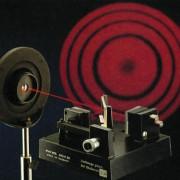 Laserlicht kann sehr fein gebündelt werden. Möglich ist die Erzeugung von Laserlicht unterschiedlicher Frequenzen und damit verschiedener Farben.