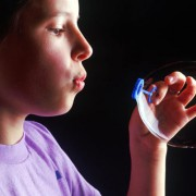 Eine farbig schillernde Seifenhaut kommt durch Interferenz zustande.