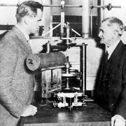 MICHELSON (rechts) mit dem von ihm konstruierten Interferometer für die Messung der Lichtgeschwindigkeit