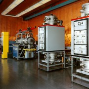 Atomuhren, hier die Atomuhr in der Physikalisch-Technischen Bundesanstalt in Braunschweig, müssen weltweit synchronisiert werden. Das erfordert eine eindeutige Festlegung für die Gleichzeitigkeit und ein Messverfahren dafür.