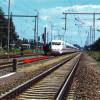 Ein Zug kann sich längs der Schienen auf einer geradlinigen Bahn bewegen.