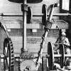 Mittelalterlicher Vorschlag für ein Perpetuum mobile: Durch das herabfließende Wasser wird die Anordnung in Umdrehungen versetzt. Es wird mechanische Arbeit verrichtet. Zugleich wird durch eine raffinierte Anordnung das herabgeflossene Wasser wieder nach oben gepumpt. Es kann scheinbar ständig Arbeit verrichtet werden, ohne dass Energie von außen zugeführt wird.