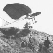 OTTO LILIENTHAL mit seinem Gleitflugapparat um 1895