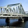 Die Längenausdehnung fester Körper, z.B. einer Brücke, kann mithilfe der Größen Temperatur und Volumen eindeutig beschrieben werden.