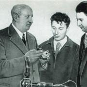 KURTSCHATOW (im Bild rechts) mit A. F. JOFFE (links) und A. I. ALICHANOW im Physikalisch-Technischen Institut in Leningrad (um 1930)