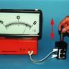 Bewegt man einen Permanentmagneten in der angegebenen Weise relativ zu einer Spule, dann wird in ihr eine Spannung induziert.