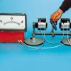 Modellexperiment zum Generator: Durch Rotation eines Magneten vor Spulen wird in diesen eine Spannung induziert.