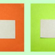 Die Farbwahrnehmung eines Gegenstandes wird durch die Umgebungsfarbe beeinflusst: Die Fotos zeigen ein Stück graues Papier auf unterschiedlichem Hintergrund.