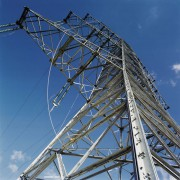 Um eine Hochspannungsleitung bildet sich ein elektromagnetisches Feld aus.