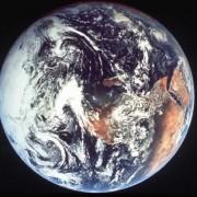 Vom Weltraum aus leicht als Kugel zu erkennen – die Erde