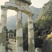 Der Rundtempel von Delphi, in dem Priesterinnen das Orakel, wahrscheinlich aus einer Felsspalte austretende vulkanische Dämpfe, nach der Zukunft befragten
