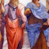 """RAFFAELs Fresko """"Die Schule von Athen"""" zeigt PLATON, der den rechten Zeigefinger in die Höhe hebt und unterm linken Arm sein Werk """"Timaios"""" trägt, und ARISTOTELES, der in seiner Linken die """"Nikomachische Ethik"""" hält. Der Renaissance-Künstler malte sein Bild 1510 für die Stanza della Segnatura in Rom (Vatikanstadt)."""