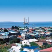 Blick von Punta Arenas auf dem südamerikanischen Festland über die Magellanstraße zur Insel Feuerland